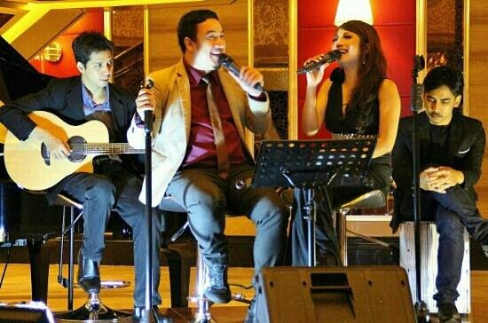 The Trans Luxury Hotel Bandung: the band at the lobby area