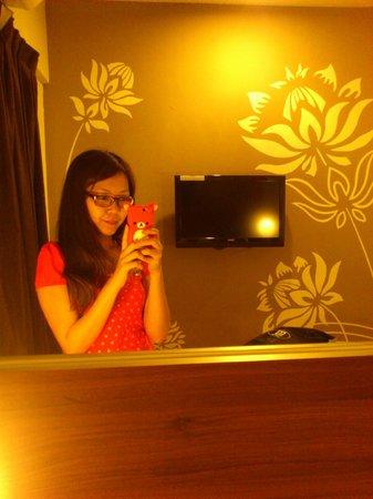 Tune Hotel Danga Bay : the big mirror above the bed