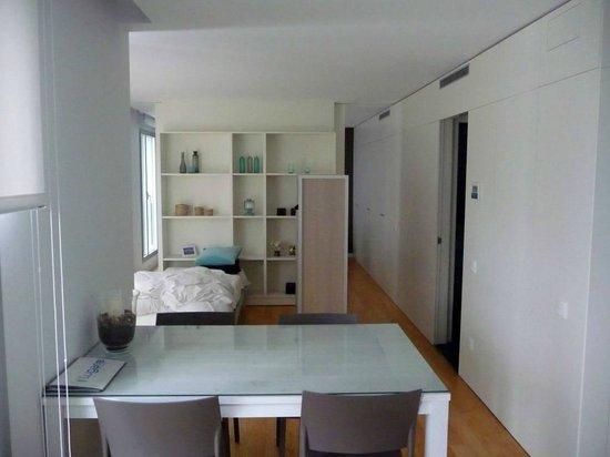 Lugaris Beach: Esstisch, Einzelbett und Raumteiler (Doppelbett dahinter)