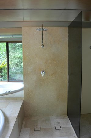 Crystal Creek Rainforest Retreat: The cool shower.