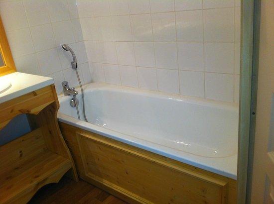 Les Chalets de Florence: Baignoire /  salle de bain