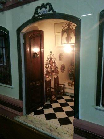 Museo Casa de Muñecas: Detalle del portal de la casa malagueña