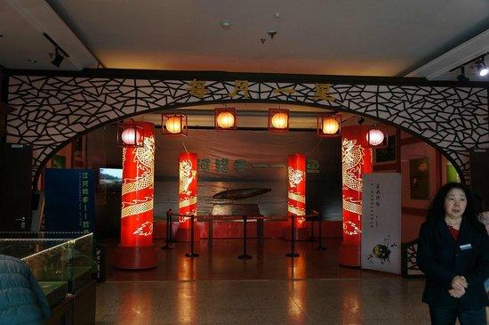 Heilongjiang Museum : 2Fロビー 中央にはオオナマズのはく製