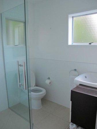 Ratanui Villas: Modern bathroom