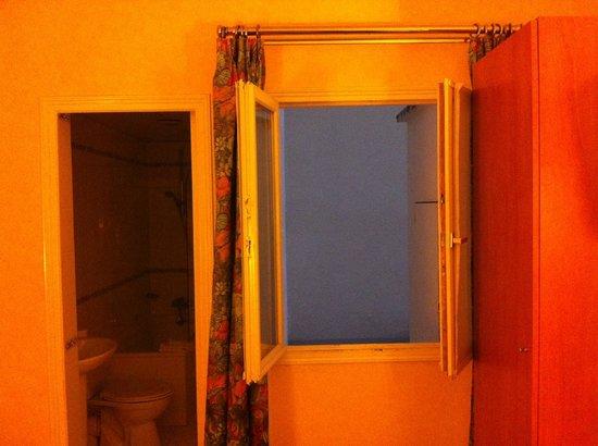 Hôtel Lautrec Opera: on étouffe ici!! voici ma chambre