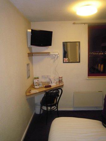 The Dolby Hotel Liverpool: tv e angolo colazione