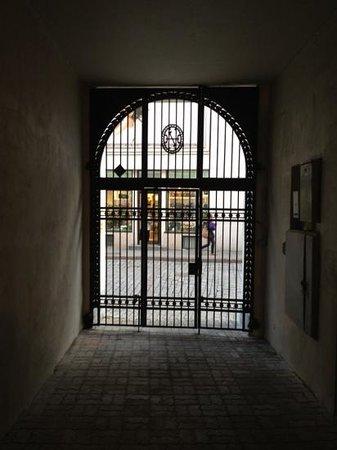 Viru Backpackers: この門を入り左側の階段で。