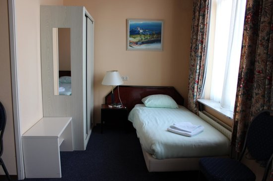 Atlas Hotel Valkenburg: 1 bed by the closet.
