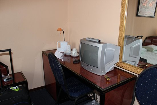 Atlas Hotel Valkenburg: Tv, desk and tea making facilities, no tea or sugar provided. you have to ask at reception.
