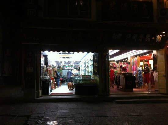 Dali Gucheng - the Old City: type of shop open at 10pm