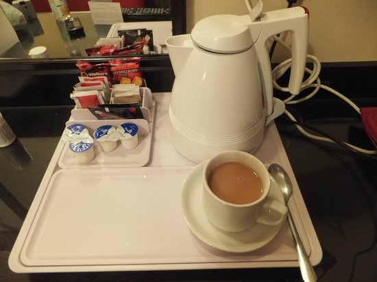 Mabledon Court Hotel: Coffee and tea making facilities.
