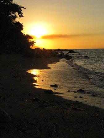 Tuko Beach Resort: Beach at sunset