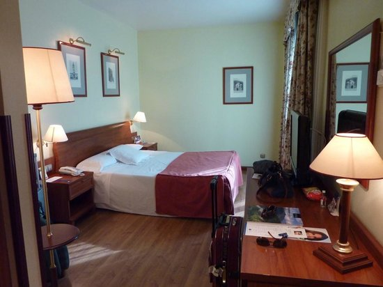 Tryp Rey Pelayo Hotel: Camas comodas. Tienes butaca de lectura y minibar.