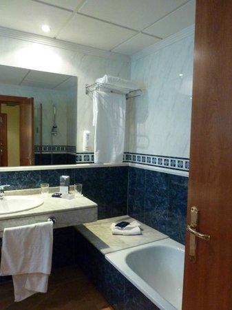 Tryp Gijon Rey Pelayo Hotel: mucha amplitud en el baño