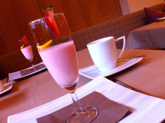 Alpin Hotel Garni Eder: Breakfast surprise!
