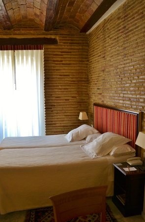 Ad Hoc Monumental Hotel: room with a writing desk