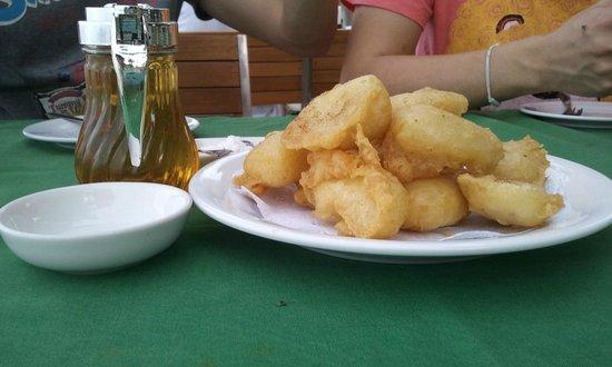 سيلوم هوتل هوا هين: banana fried topped with icing and honey syrup