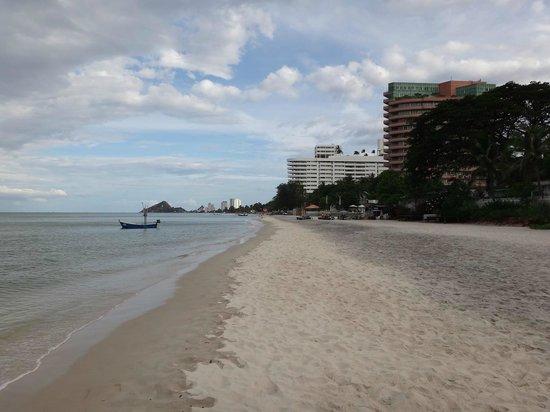 Sailom Hotel: nobody on beach