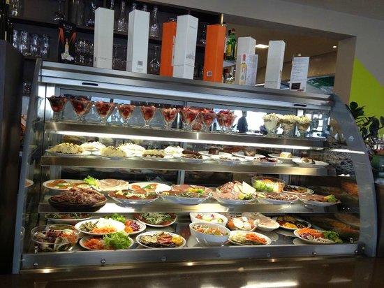 Vetrina dolci panini foto di bar tavola calda - Impasto per tavola calda ...