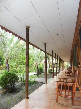 Turtle Beach Lodge: devant la chambre