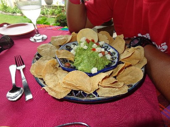 "Hotel Atitlan Restaurant: The supposed ""nachos"" - not!"