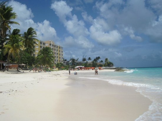 أوشن تو ريزورت آند رزيدنسز: View from the Beach towards the Oceans Two (yellow building)
