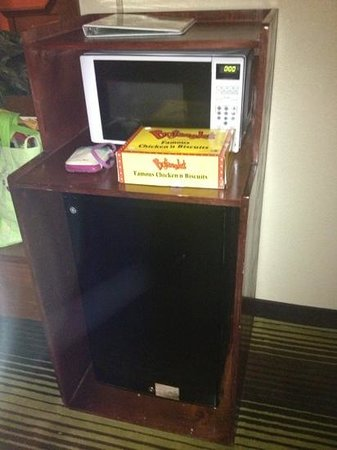 Quality Inn University: Microwave and fridge in the room