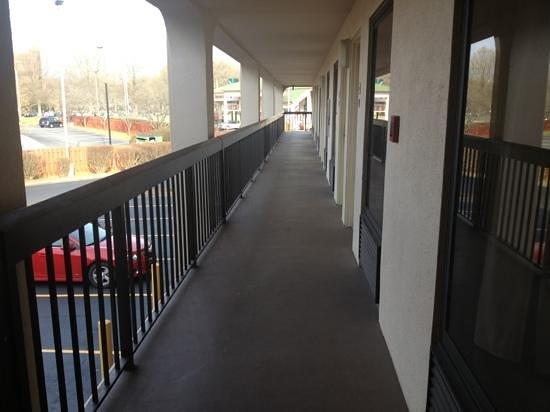 Quality Inn University: Outside corridors