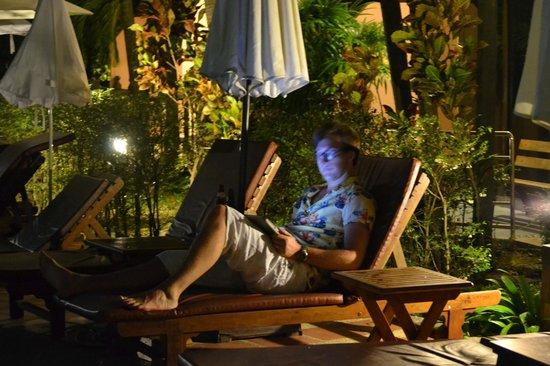 Nipa Resort: вечером у бассейна можно посидеть в интернете