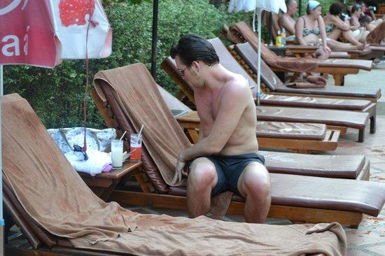 Nipa Resort: много свободных лежаков у бассейна