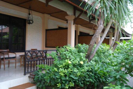 Fat Yogi Cottages: The veranda.