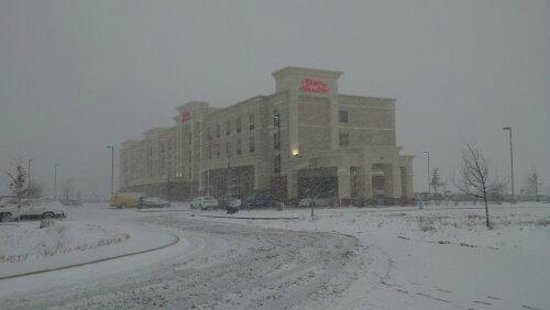 Hampton Inn & Suites Indianapolis-Airport: Hotel in the snow