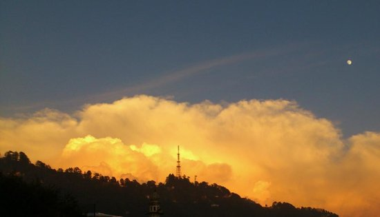 Hotel Sun N Snow Mussoorie: the view to the east while the sunset happened towards the west