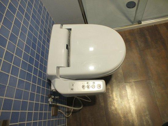Suites Gran Via 44: water/bidet molto tecnologico...
