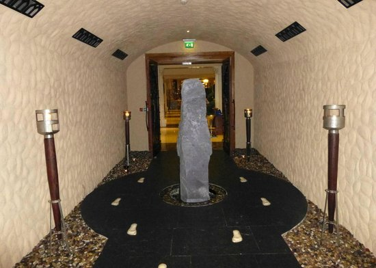 Muckross Park Hotel & Spa: 'Tunnel' entrance to spa leading from foyer