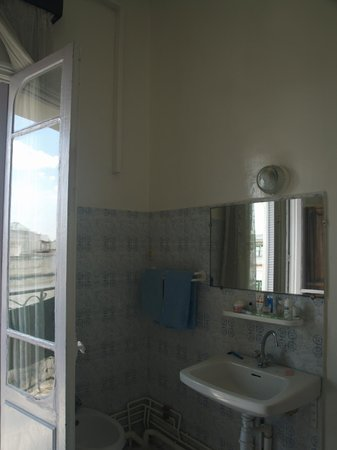 Grand Hotel de France : sink in room