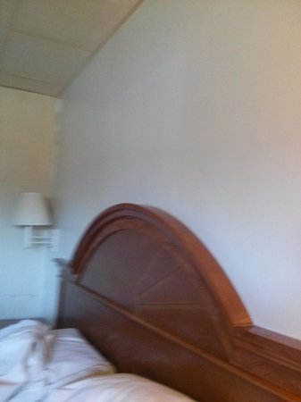 Econo Lodge : picture removed but wall not painted