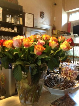 Osteria Oss Bus: Fresh roses at the entrance of Oss Bus!
