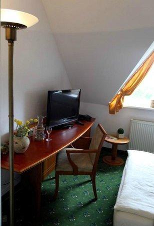 Hotel Antares: großer Schreibtisch im Einzelzimmer Deluxe