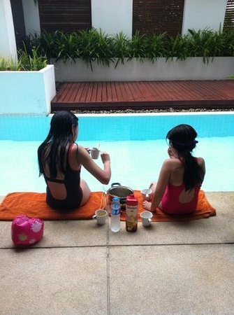 Phuket Bike Resort: pool side lunch!