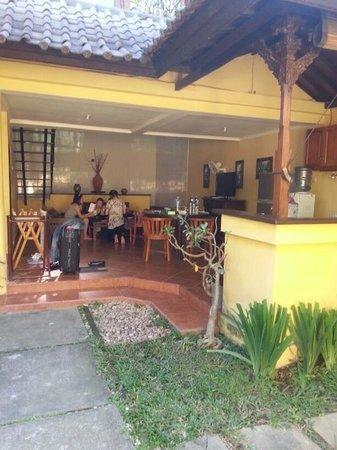 Kumpul Kumpul Villa III Seminyak: Open concept kitchen