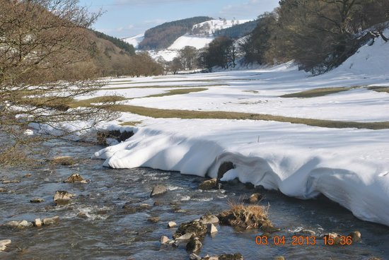 The West Arms Hotel: The River Ceiriog next to The West Arms.