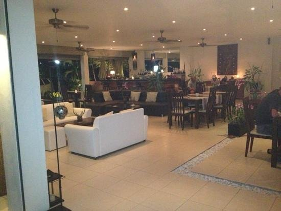 Cinnamon Restaurant & Lounge: dining room and bar