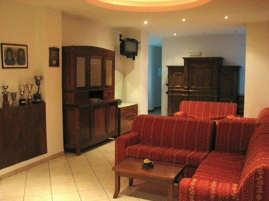 Hotel Neni: Sala lettura arredata con mobili antichi