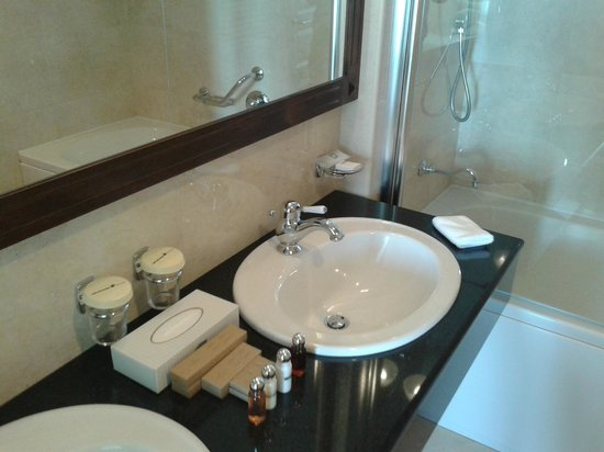 Royal Princess Hotel : Bathroom (one of two) is very spacious and clean