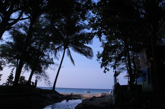 Arwana Perhentian Eco Resort & Beach Chalet: View looking at the beach