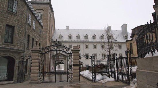 Hotel Chateau Bellevue: Cour du petit Séminaire.