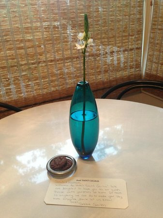 Hotel Saint Cecilia: Fresh flower and note