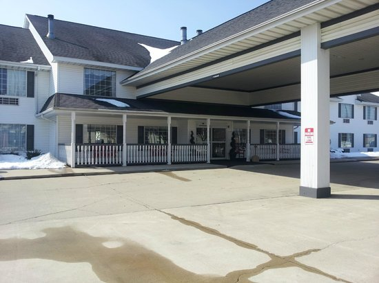 Northfield Inn, Suites & Conference Center: Front of Hotel