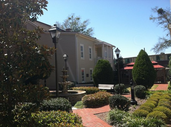 Residence Inn Savannah Downtown/Historic District: Courtyard